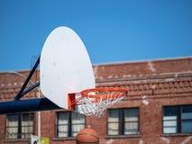 Basketbal die door de hoepel onmiddellijk na het maken van s vallen royalty-vrije stock afbeelding