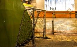Basketbal en voetbal in dezelfde plaats stock foto's