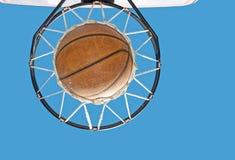 Basketbal in het net tegen Stock Afbeeldingen