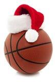 Basketbal met de Hoed van de Kerstman stock foto's