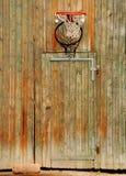 Basketbal netto op oude deur royalty-vrije stock fotografie