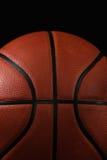 Basketbal op een zwarte achtergrond Royalty-vrije Stock Afbeeldingen