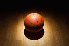 Basketbal op hof Stock Foto's