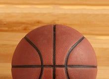 Basketbal op vloer van hard houten hof Stock Afbeelding