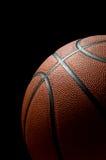 Basketbal op zwarte Stock Afbeelding