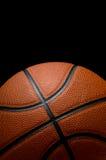Basketbal op zwarte stock afbeeldingen