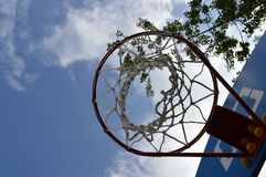 Basketbal rode hoepel en witte netto Stock Foto's