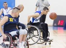 Basketbal in rolstoelen voor fysisch gehandicapte spelers stock foto's
