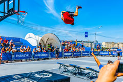 Basketbalacrobatiek in het park van Moskou Gorky Stock Afbeeldingen