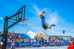 Basketbalacrobatiek in het park van Moskou Gorky Royalty-vrije Stock Foto's