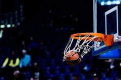 Basketbalbal die door het net gaan Stock Foto