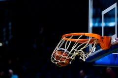 Basketbalbal die door het net gaan Royalty-vrije Stock Afbeelding
