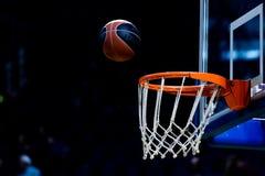 Basketbalbal die door het net gaan Royalty-vrije Stock Foto's