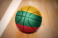 Basketbalbal met de nationale vlag van Litouwen Royalty-vrije Stock Afbeelding