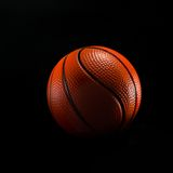 Basketbalbal op zwarte wordt geïsoleerd die royalty-vrije stock foto's