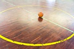 Basketbalbal over vloer royalty-vrije stock afbeeldingen