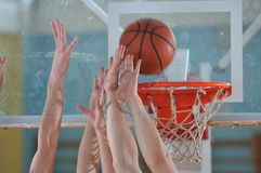 Basketbalduell Stockfoto