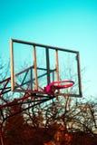 Basketbalhoepel bij avond royalty-vrije stock foto