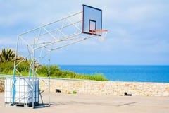 Basketbalhoepel door het overzees stock afbeeldingen