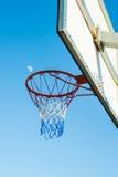 Basketbalhoepel en de maan Stock Fotografie