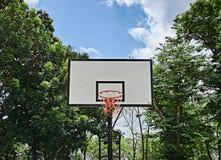 Basketbalhoepel in het openbare park Stock Afbeelding
