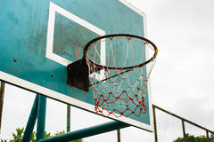 Basketbalhoepel in het park Stock Afbeelding