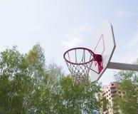 Basketbalhoepel in het Park op groene bomen als achtergrond Stock Foto