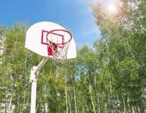 Basketbalhoepel in het Park op groene bomen als achtergrond Stock Afbeelding