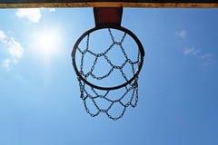 Basketbalhoepel met blauwe hemel stock fotografie