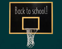 Basketbalhoepel op bord met tekst terug naar school Royalty-vrije Stock Foto
