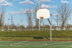 Basketbalhoepel in park Stock Foto's