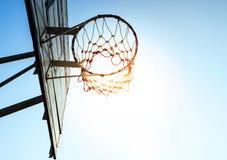 Basketbalhoepel in zonlicht/voor doelconcept stock afbeeldingen