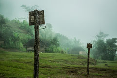 Basketbalhoepels in een geïsoleerd wildernisdorp royalty-vrije stock foto's