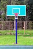 Basketbalhof met een mand in de straat Royalty-vrije Stock Foto's