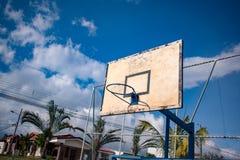 Basketbalhof voor spel met stock afbeeldingen