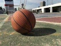 Basketball auf dem alten Gericht lizenzfreie stockfotografie