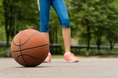 Basketball auf einem Asphaltgericht im Freien Stockfoto