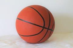 Basketball auf einem weißen Hintergrund Stockfotografie