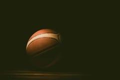 Basketball auf Gericht Getrennt auf weißem Hintergrund Stockbilder