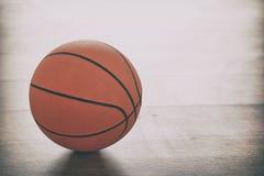 Basketball auf hölzernem Boden Lizenzfreies Stockbild