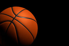 Basketball-Ball auf schwarzem Hintergrund, Wiedergabe 3D Lizenzfreies Stockfoto