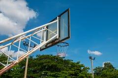 Basketball-Basketballplatznetzband-Ringbrett im Freien im Freien Lizenzfreie Stockfotos