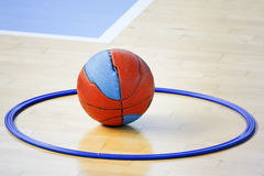 Basketball in das Band Lizenzfreie Stockfotos