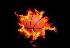 Basketball in den Flammen stockfotos
