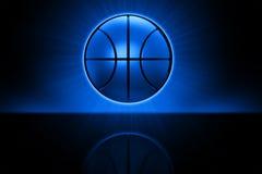 Basketball, der über reflektierendem Boden schwebt Lizenzfreie Stockfotos