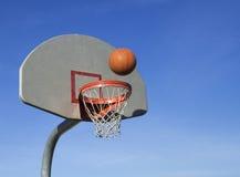 Basketball, der in Netz einsteigt Stockfoto