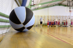Basketball in der Sporthalle. Lizenzfreie Stockfotos