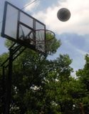 basketball-heading-for-the-net Royalty Free Stock Photos
