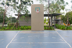Basketball hoop on empty outdoor court Royalty Free Stock Photos