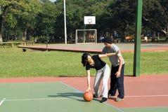 basketball horizontal man playing woman Στοκ Εικόνες
